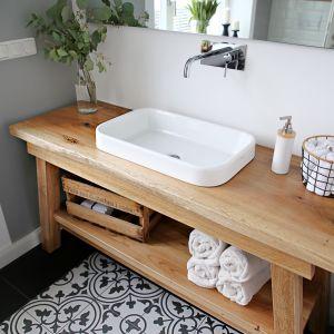 Piękna drewniana szafka pod umywalką. Projekt: SHOKO design