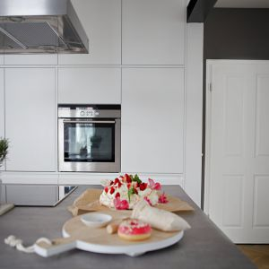 Nowoczesna biała kuchnia. Projekt: SHOKO design