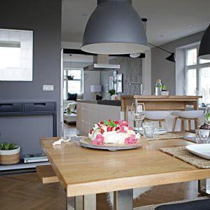 Otwarta przestrzeń dzienna mieści salon, kuchnię i jadalnię. Projekt: SHOKO design