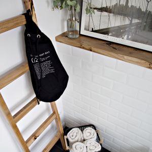 Na ścianach łazienki znalazły się białe cegiełki. Projekt: SHOKO design