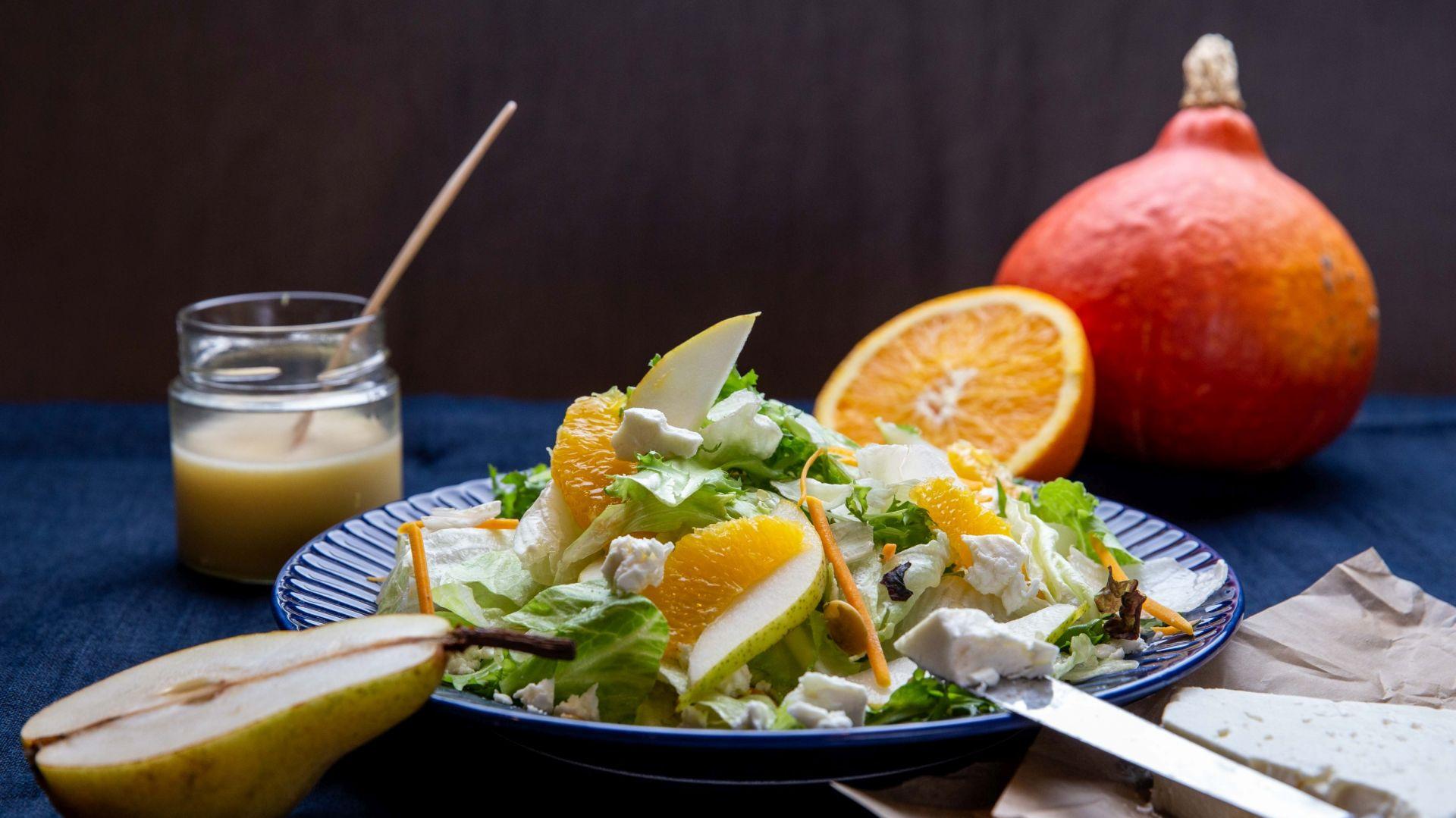 Owocowa sałatka z serem feta. Fot. Eisberg