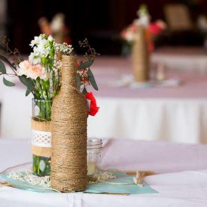 Czasami zastosowania butelki nie trzeba szukać daleko. Jeśli dostaniesz niespodziewanie bukiet kwiatów, a akurat nie masz w domu wolnego wazonu, wykorzystaj butelkę. Fot. Panul