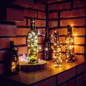Butelkę możesz wypełnić lampkami choinkowymi lub dodać do niej wysoką świeczkę w ulubionym kolorze. Fot. Panul