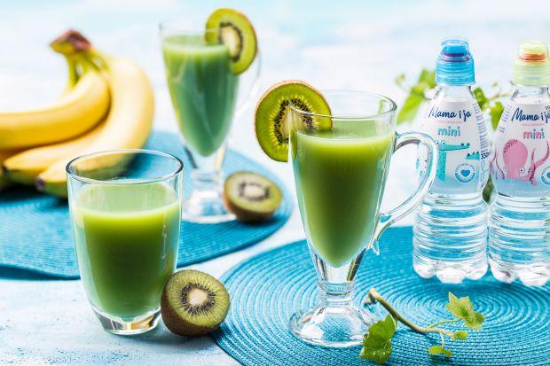 Polecamy owocowe smoothie na bazie wody i z dodatkiem młodego jęczmienia. Taki koktajl jest nie tylko pyszny. Stanowi też witaminową bombę.