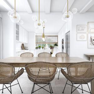 W jadalni znajduje się drewniany, rozkładany stół z wiklinowymi krzesłami, który oświetlają wiszące lampy. Projekt: Marta Ogrodowczyk, Marta Piórkowska. Wizualizacja: Elżbieta Paćkowska