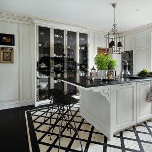 Czarno-biała kolorystyka sprawdzi się też w takiej klasycznej kuchni. Projekt Paweł Wyrzykowski. Fot. Yassen Hristov