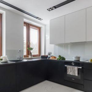 Czarno-biała kuchnia sprawdzi się też w niewielkich wnętrzach. Na dole szafki czarne, na górze białe - to dobre zestawienie. Projekt: Decoroom. Zdjęcia i stylizacja Marta Behling/Pion Poziom Fotografia Wnętrz