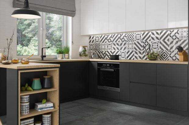 Kuchnia klasyczna, nowoczesna, skandynawska - w każdym stylu zestawienie bieli i czerni na zabudowie kuchennej odnajdzie się znakomicie. Zobaczcie 12 świetnych czarno-białych kuchni.