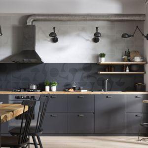 Biało-czarna kuchnia ze świetnym akcentem w postaci płytek Monoblock Geo z efektem 3D.  Fot. Opoczno