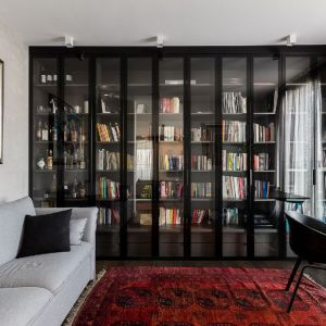 Klasyczna biblioteczka na książki. Projekt: Patrycja Dmowska, biuro projektowe Dmowska Design. Zdjęcia: Przemysław Kuciński
