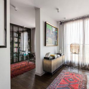 Piękne dywany to z pewnością ozdoba tego domu. Projekt: Patrycja Dmowska, biuro projektowe Dmowska Design. Zdjęcia: Przemysław Kuciński