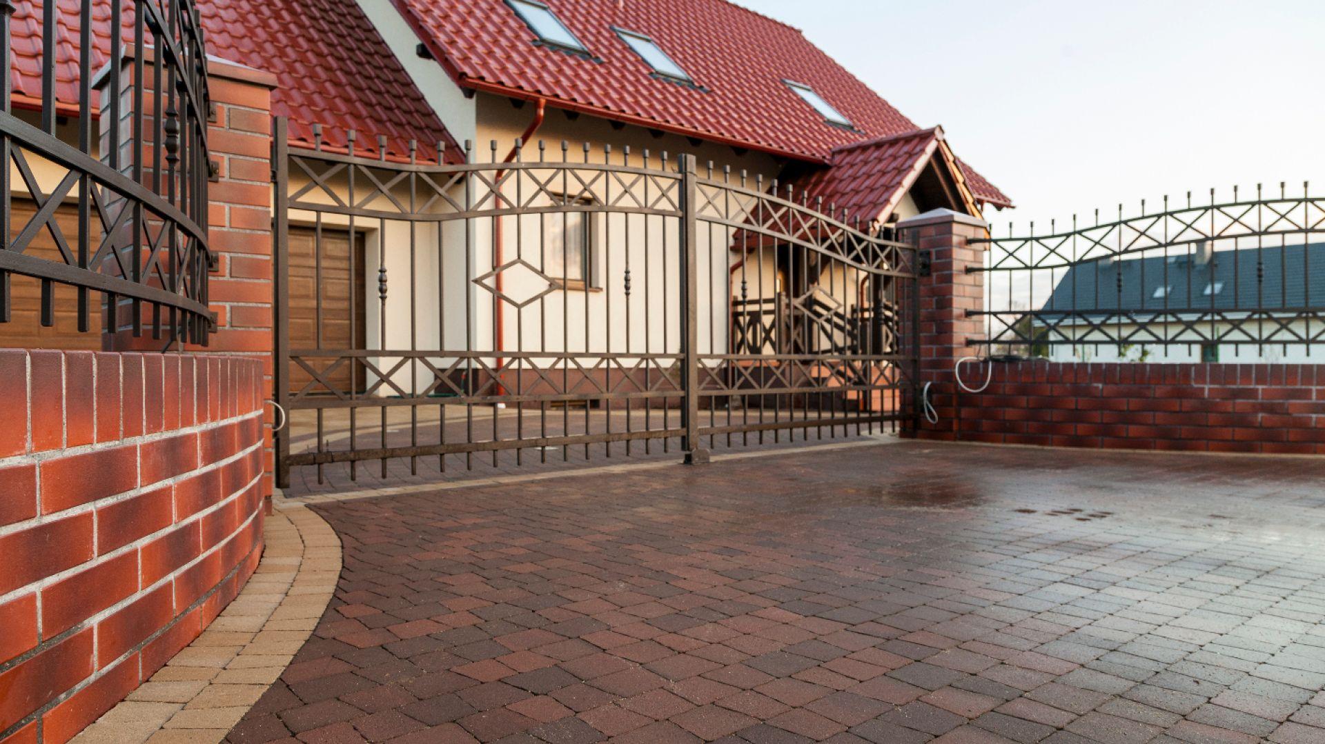 W najbardziej typowym przypadku, w którym brama znajduje się stosunkowo blisko ulicy a wjazd na posesję usytuowany jest w stosunku do niej pod kątem prostym – dobrze jest wykonać podjazd i bramę o szerokości ok. 4m. Fot. Buszrem