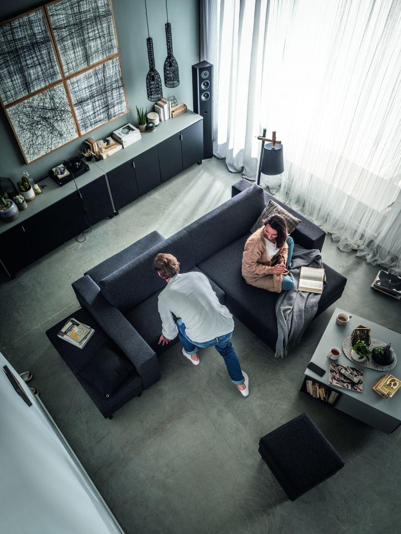 Sofa Slide to przykład mebla, który personalizuje się poprzez transformację. Dzięki przesuwnym siedziskom możemy stworzyć m.in. tradycyjną kanapę lub dwustronną sofę, w zależności od tego jak chcemy odpoczywać.Fot. Vox Slide