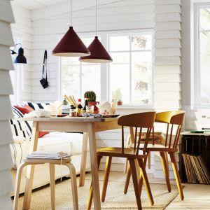 Brzozowy stół Norraker - 499 zł, drewniane krzesła Omtanksam, dostępne w różnych kolorach - 399 zł. Producent: IKEA