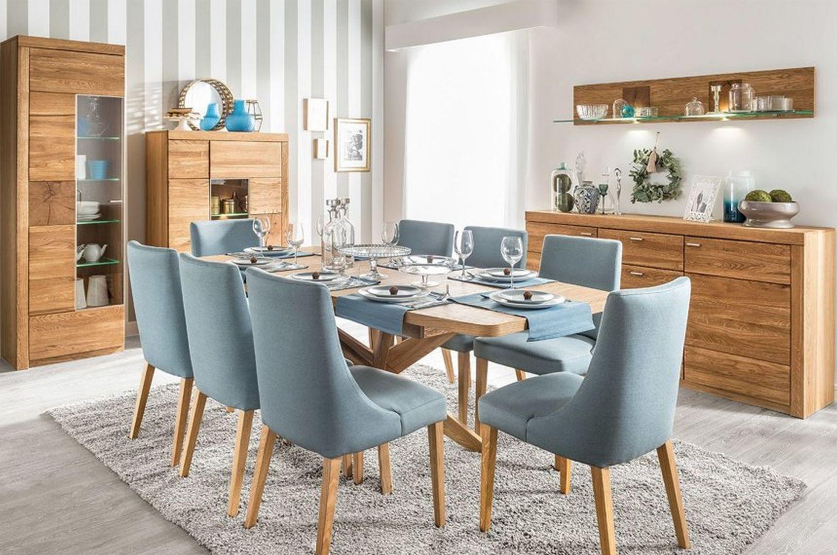 Krzesła tapicerowane Karina - od 595 zł, stół rozsuwany Velle w ciepłym kolorze dębu miodowego - 1993 zł. Producent: Szynaka Meble