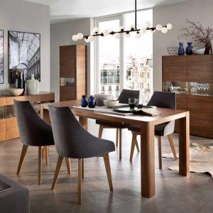 Stół Bergamo, wykonany z dębu, rozkładany - 2014 zł, fotel tapicerowany Polo - od 594 zł. Producent: Paged Meble