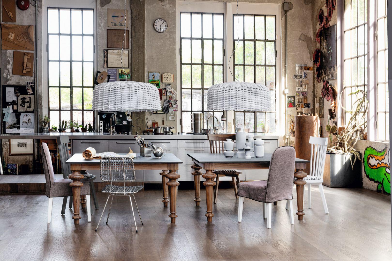 Stół GRAY 32 wykonany jest z drewna dębowego lub orzechowego. Dostępny także z ceramicznymi nogami i kamiennym blatem, w trzech różnych wielkościach. Do skompletowania z krzesłami z tej samej kolekcji. Od 11.500 zł, Gervasoni