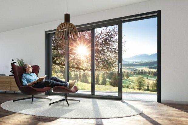 Planując zakup okien należy wziąć pod uwagę nie tylko ich energooszczędność i nowoczesny design. Równie ważne jest optymalne doświetlenie wnętrz, łatwość obsługi czy dostępność dla wszystkich mieszkańców domu, bez względu na ich wiek