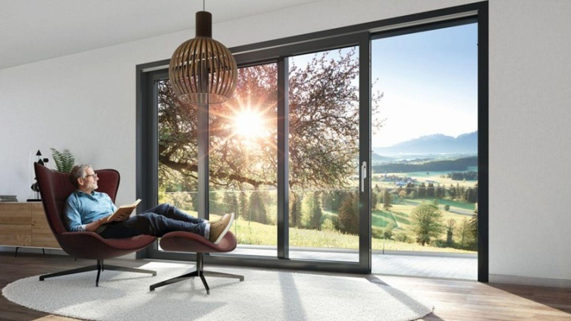 Wielkoformatowe drzwi podnoszono-przesuwne Schüco LivIngSlide z PVC-U. Fot. Schüco