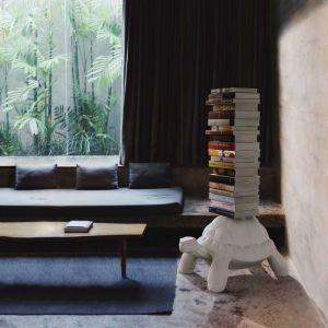 Turtle Carry może przeobrazić się w podręczną biblioteczkę - wystarczy przymocować do niego kolumnę regału z giętej i spawanej blachy.Fot. QeeBoo / BM Housing