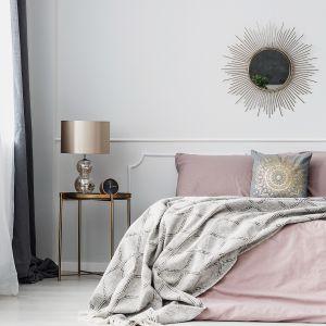 Zestawienie geometrycznych form z subtelnym odcieniem 1943 z palety Tikkurila Deco Grey to pomysł na finezyjne rozwiązanie w sypialni w stylu glamour.