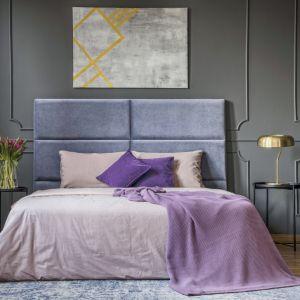 Głęboko matowa farba Tikkurila Optiva Ceramic Super Matt 3 w odcieniu 1969 na ścianie i sztukaterii uwydatni wyrafinowany klimat sypialni, w nieprzymuszony sposób kreując atmosferę luksusu.