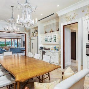 Detale architektoniczne obejmują zewnętrzne białe stiuki, duże łukowe okna, wewnętrzne tynki weneckie i zabytkowe kominki, w tym jeden w głównym apartamencie.