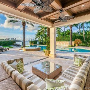 Przez większość czasu pandemii i obecnie para mieszka w jednym ze swoich domów w Coral Gables na Florydzie.