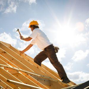 Przy wyborze konkretnego pokrycia trzeba zwrócić uwagę na stan więźby dachowej. Z upływem lat może ona nie być prostoliniowa (może falować czy przekrzywiać się). Fot. AdobeStock