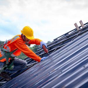 Kolejną kwestią, którą należy wziąć pod uwagę przy wyborze pokrycia dachowego jest sposób montowania elementów na więźbie. Przed rozpoczęciem prac trzeba zawsze wcześniej zastanowić się, ile czasu należy przeznaczyć na remont dachu. Fot. AdobeStock