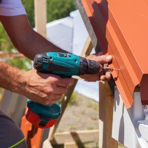 Podczas wymiany dachu nie można zapominać o zapewnieniu bezpieczeństwa zarówno montażystom, jak i mieszkańcom.  Fot. AdobeStock