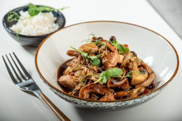 Kuchnia Dalekiego Wschodu staje się nam coraz bliższa. Wyraziste smaki, kuszące aromaty i kolorystyka sprawiają, że orientalnym potrawom trudno się oprzeć. Dziś polecamy kilka sprawdzonych przepisów na dania kuchni orientalnej.<br /><br