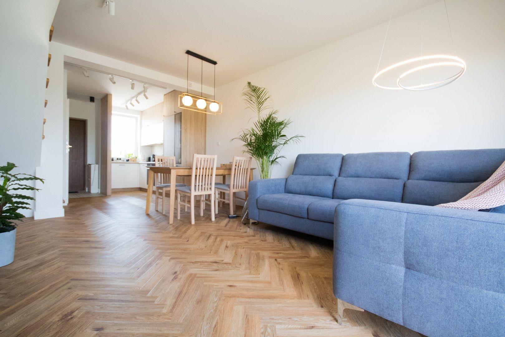 Zależało im na mieszkaniu, które byłoby przede wszystkim przytulne, a zarazem nowoczesne i oryginalne, spełniające wszystkie potrzeby i ustalone założenia. Projekt Nabak Architektura Wnętrz / Luxrad