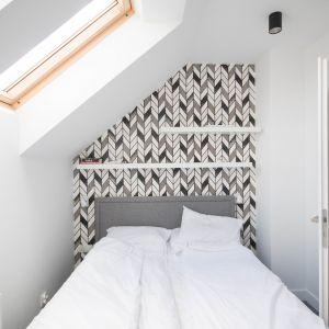 Zgodnie z założeniami sypialnia oraz pomieszczenia znajdujące się na piętrze zostały zaprojektowane w nowoczesnym stylu. Projekt Nabak Architektura Wnętrz / Luxrad