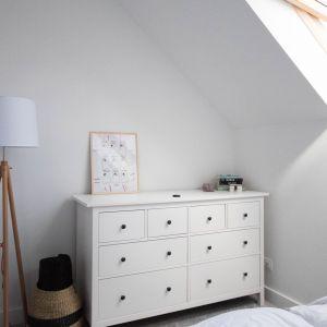 Efekt ten został osiągnięty dzięki jasnej kolorystyce, bieli ścian i monochromatycznym odcieniom podłogi, na której widnieje jasnoszara wykładzina w części sypialnianej. Projekt Nabak Architektura Wnętrz / Luxrad