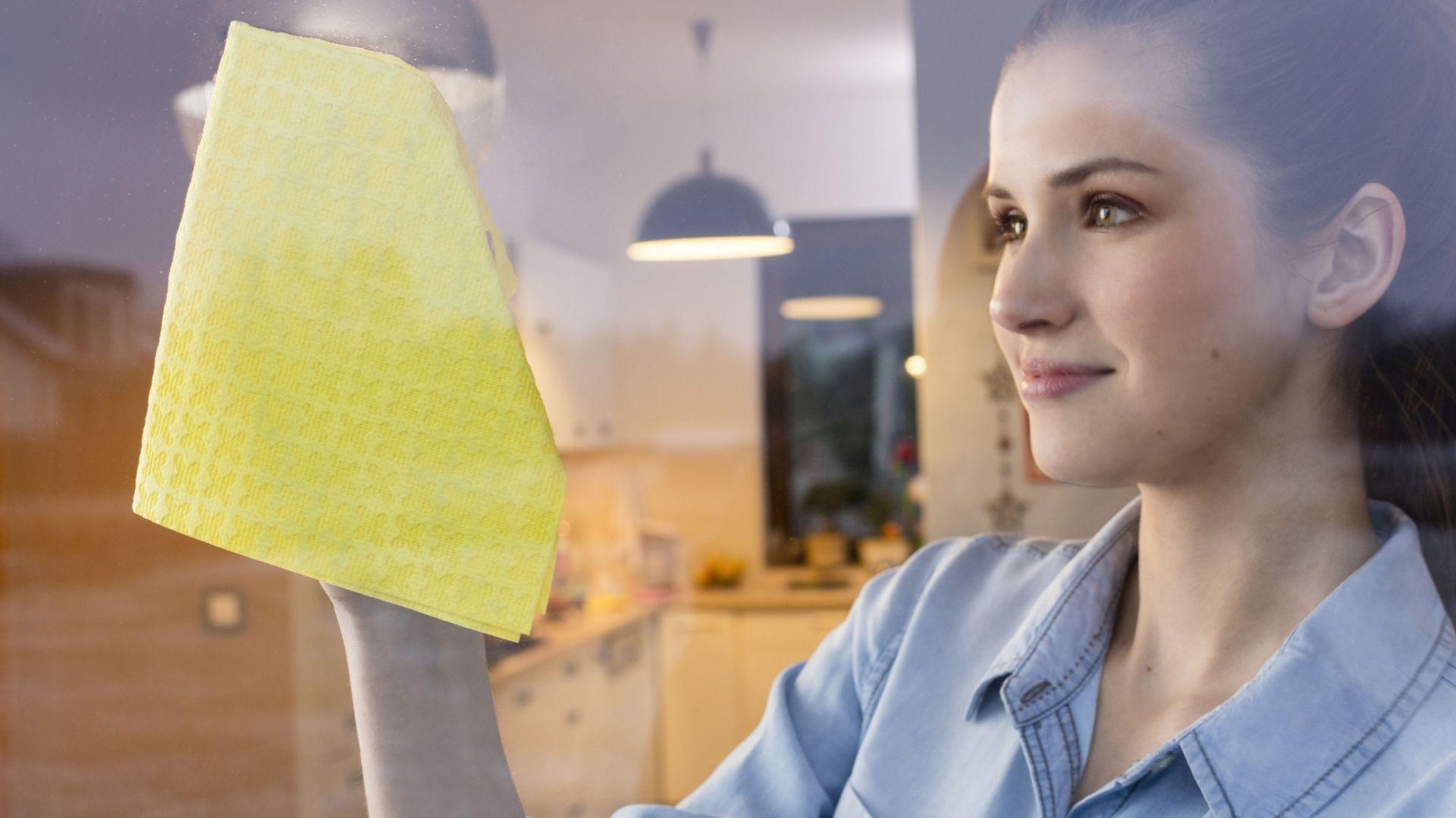 Jeśli wolisz bardziej tradycyjne metody, możesz użyć ściereczki z mikorfibry z unikalną warstwą PVA, np. Acifibre Window. Fot. Ściereczka okienna Actifibre Window marki Vileda