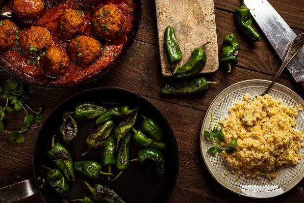 Zaskakujący przepis na przepyszne wołowe klopsy po marokańsku w towarzystwie kaszy bulgur. W aromatycznym i gęstym sosie pomidorowym będą smakować każdemu miłośnikowi wyrazistej kuchni.