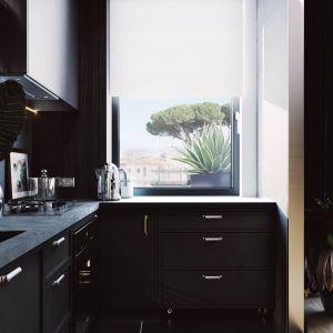 Dodatkowo został zaprojektowany jeden ruchomy moduł szafki kuchennej, który można wysuwać spod blatu i mieć dodatkowe miejsce do pracy lub posłużyć jako przenośny moduł mebla. Projekt i zdjęcia ZUP-a