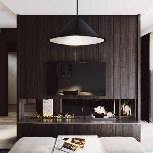 Proste i eleganckie materiały jakie zostały użyte to głównie ciemny fornir oraz kontrastujące z nim jasne ściany i wyposażenie co daje mu ponadczasowy design. Projekt i zdjęcia ZUP-a