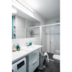 W łazience znajdziemy morskie odcienie niebieskiego, będące nawiązaniem do podróży, metaforą oceanów. Projekt i zdjęcia: pracownia KODO Projekty i Realizacje Wnętrz