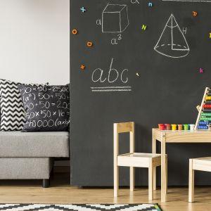 Pomalowanie fragmentu ściany farbą Tikkurila Magnetic umożliwi naszym pociechom przyczepianie do niej ulubionych magnesów, zaś w połączeniu z farbą tablicową Tikkurila Liitu np. w kolorze czarnym, pozwoli pokryć ją wykonanymi kredą notatkami i rysunkami. Fot. Tikkurila