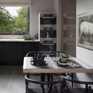 W kuchni zastosowano ciemne fronty kuchenne, które dodają wnętrzu elegancji. Projekt: Anna Koszela. Zdjęcia: Hanna Długosz. Stylizacja: Urszula Niemiro