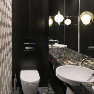 Także łazienka zaaranżowana została w ciemnej kolorystyce. Projekt: Anna Koszela. Zdjęcia: Hanna Długosz. Stylizacja: Urszula Niemiro