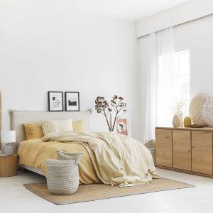 Miękkie, przyjemne w dotyku tekstyliach i obiciach mebli w połączeniu z akcentami drewna, stworzą przestrzeń pełną ciepła i światła. Fot. WestwingNow
