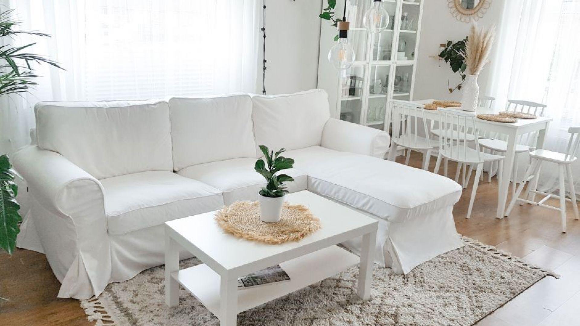 Jasne kolory ścian, mebli i tkanin to najlepszy sposób na powiększenie małego wnętrza. Fot. Dekoria