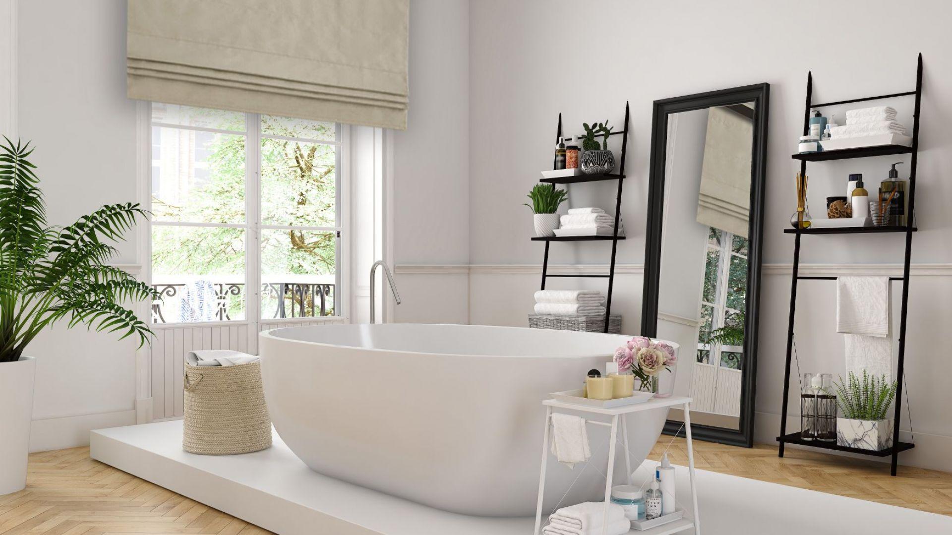 Klasyczne rolety materiałowe ze względu na właściwości tkanin roletowych, które – jako niechłonące wilgoci i łatwe w czyszczeniu – stanowią bardzo użyteczne i bezpieczne rozwiązanie w łazienkach. Fot. Marcin Dekor