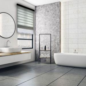 Jeśli okno łazienkowe znajduje się bezpośrednio przy wannie czy prysznicu, to najlepszym rozwiązaniem są rolety podgumowane typu Blackout, które stanowią izolację od wilgoci i wody. Fot. Marcin Dekor Fot. Marcin DekorFot. Marcin Dekor