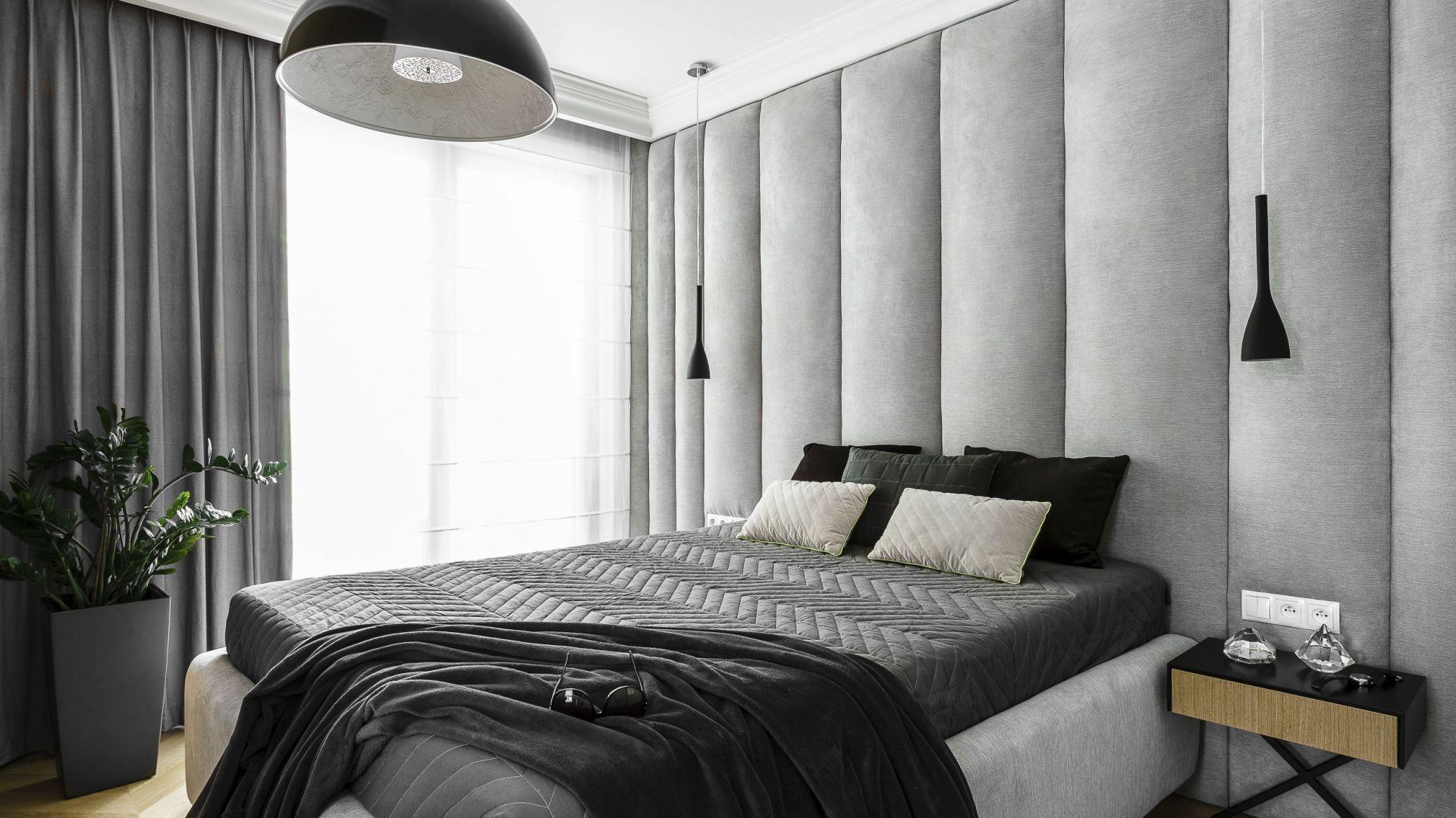 W tej sypialni zastosowano kolory szary w różnych odcieniach, które doskonale pasują do bieli, czerni i drewna. rojekt: Anna Maria Sokołowska. Fot. Fotomohito