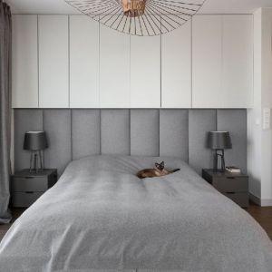 Piękna sypialnia,  które szarości zestawiono z bielą. Projekt: Patrycja Dmowska. Fot. Przemysław Kuciński