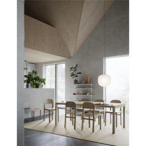 Lampa Rime wykonana jest ręcznie dmuchanego i piaskowego szkła, średnice lamp występują w czterech rozmiarach od 12 cm do 45 cm. Fot. Muuto